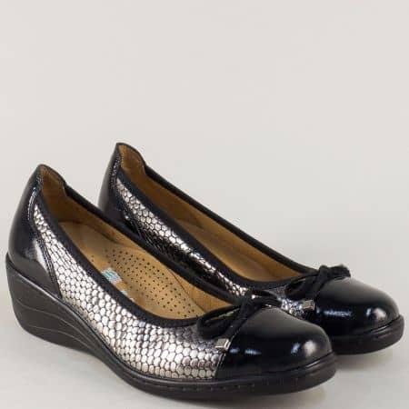 Лачени дамски обувки в черно и бронзово на клин ходило 3267ch