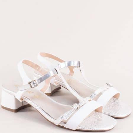Бели дамски сандали на нисък ток с кожена стелка 345111603b