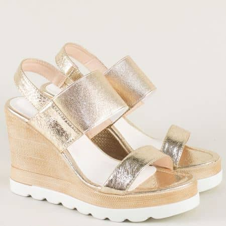 Дамски сандали в златист цвят на стабилна и комфортна платформа 346329zl
