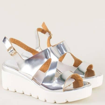 Лачени дамски сандали в сребрист цвят на платформа 34675lsr