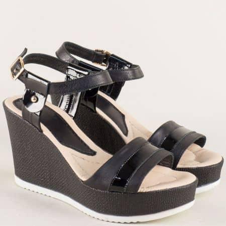 Кожени дамски сандали в черен цвят на платформа 38608ch