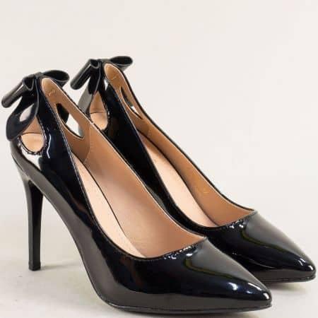Елегантни дамски обувки на висок тънък ток в черен лак 525092lch