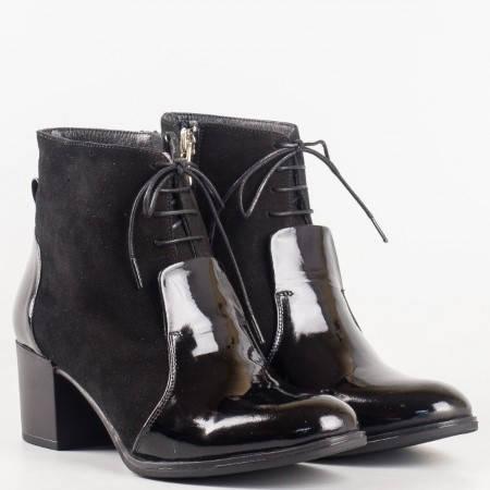 Елегантни дамски боти на среден ток от естествен лак и велур в черен цвят 576vchlch