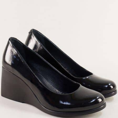 Дамски обувки на висока платформа от естествен черен лак 5997lch