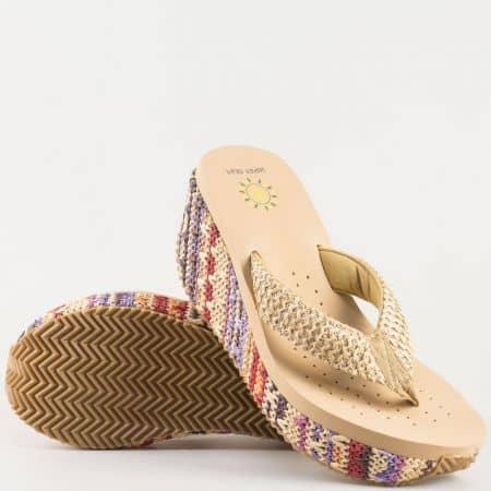 Дамски атрактивни чехли на комфортно клин ходило с лента между пръстите в интересна цветова комбинация като преобладава бежовото 621bj