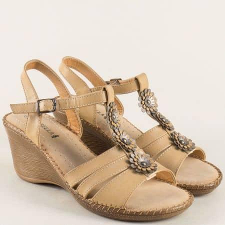 Дамски сандали на клин ходило в бежов цвят 6547103bj