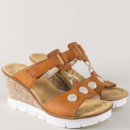 Кафяви дамски чехли на платформа с две лепки- Rieker 65592k