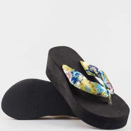 Дамски чехли с лента между пръстите с ефектни флорални мотиви в цветова комбинация 660s