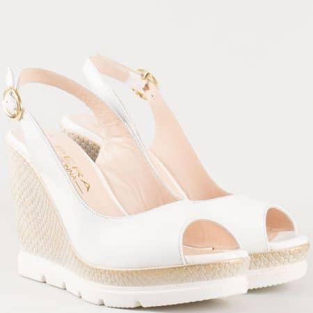 Дамски атрактивни сандали на клин ходило изработени от 100% естествена кожа в бял цвят 698113b