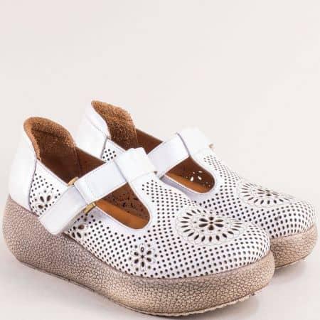 Бели дамски обувки с перфорация на платформа 7620b