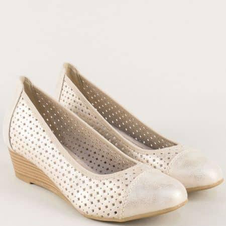 Перфорирани дамски обувки на клин ходило в златисто 822365zl