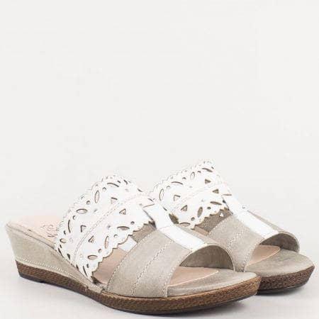 Перфорирани дамски чехли на клин ходило от естествена кожа в сиво и бяло- Jana  827201b
