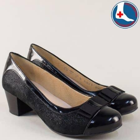 Кожени дамски обувки с панделка на среден ток в черно 8363ch
