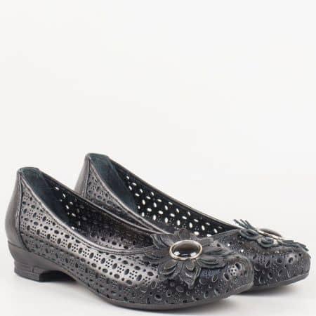 Български дамски обувки на нисък ток, тип балерини с цвете от перфорирана естествена кожа в черен цвят 83ch