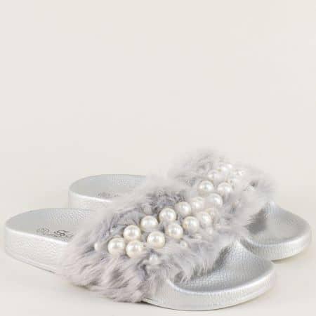 Дамски чехли с пухкава горна част в сребрист цвят на равно ходило 8628sr