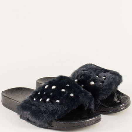 Дамски чехли с пухче на равно ходило в черен цвят 922-40ch
