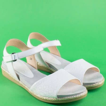 Бели дамски сандали с лепка на равно ходило от естествена кожа 928104b