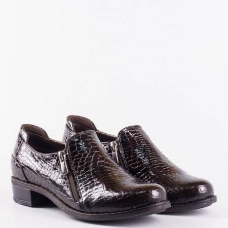 Лачени дамски обувки с кроко принт с два ципа и ортопедична стелка в кафяв цвят 9411krkk