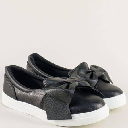 Спортни дамски обувки на равно ходило в черен цвят с ефектна панделка a136ch