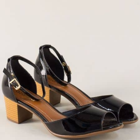 Лачени дамски сандали на среден ток в черен цвят a755211lch