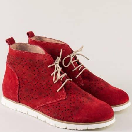 Перфорирани дамски боти в червен цвят на равно ходило amina985vchv