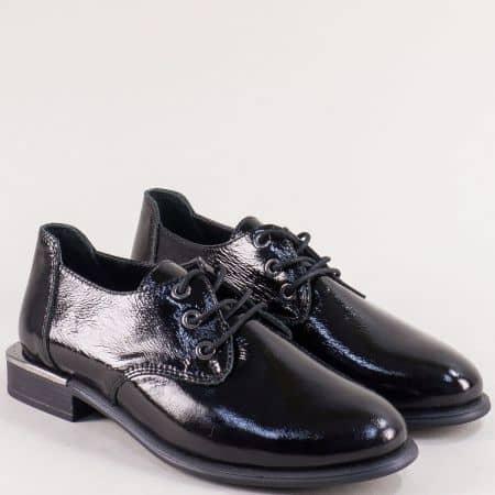Лачени дамски обувки с връзки на нисък ток в черен цвят b1542lch