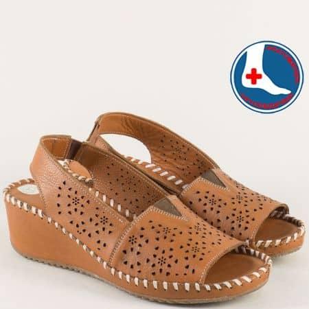 Кафяви дамски сандали на клин ходило с перфорация b4018k