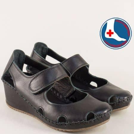 Кожени дамски обувки с лепка и прорези на клин ходило в черен цвят b4104ch