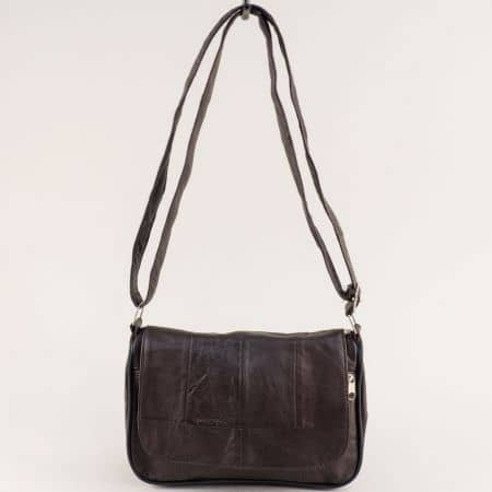Кожена дамска чанта с прехлупване в тъмно кафяво ch244kk