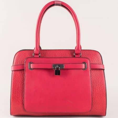 Червена дамска чанта с атрактивна визия и две практични прегради ch281216chv