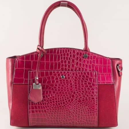Стилна дамска чанта с модерен принт и висулка в цвят бордо ch70246bd