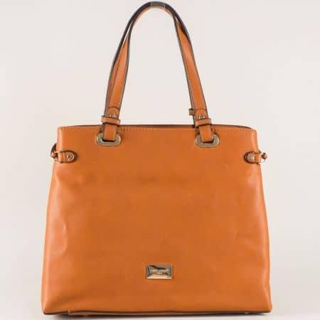 Елегантна дамска чанта в модерен кафяв цвят с удобни прегради cm3272k