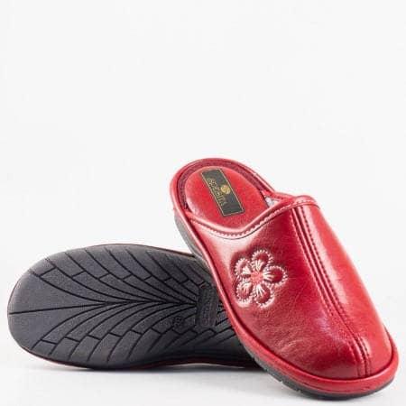Дамски комфортни пантофи с ефектна декорация в червен цвят на български производител deysichv
