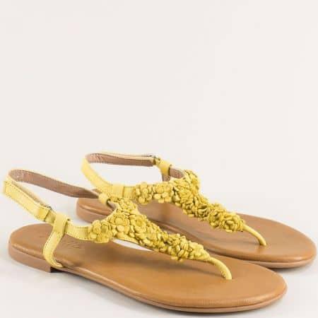 Жълти дамски сандали между пръста на равно ходило от естествена кожа f201j