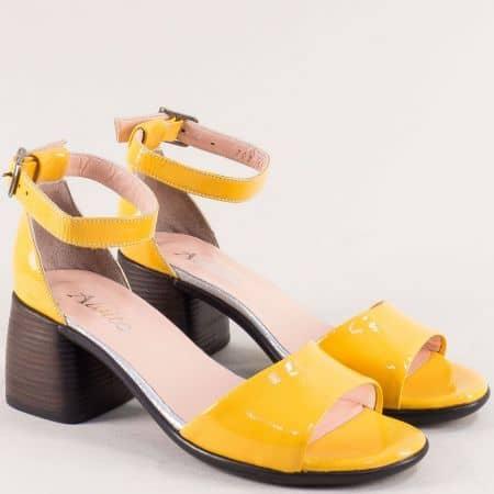 Дамски сандали на среден ток със затворена пета в жълт естествен лак f202lj