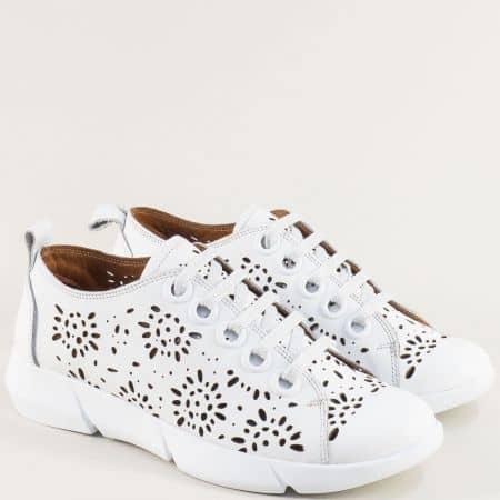 Кожени дамски обувки в бяло с флорална перфорация f343b