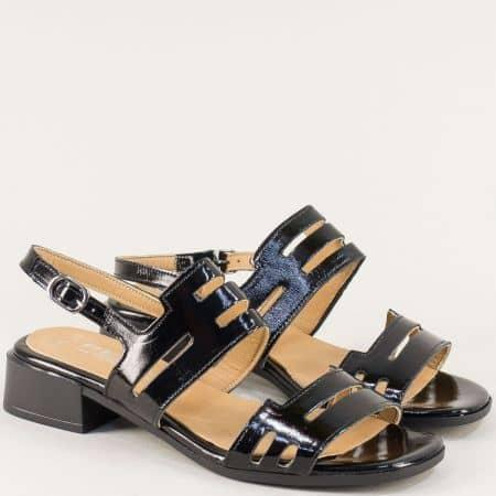 Лачени дамски сандали в черен цвят на нисък ток с кожена стелка f439lch