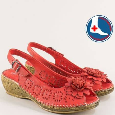 Кожени дамски сандали в червено на клин ходило- LORETTA l5263chv