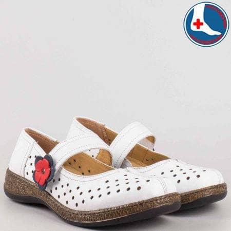 Бели ортопедични дамски обувки- шити с лепка и декоративно цвете от естествена кожа с перфорация на утвърденият производител Loretta l5754b