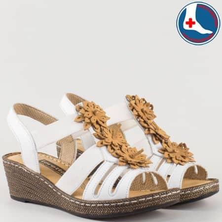 Леки и удобни дамски сандали в бяло на шито клин ходило с ортопедична стелка- Loretta от естествена кожа изцяло l5810b