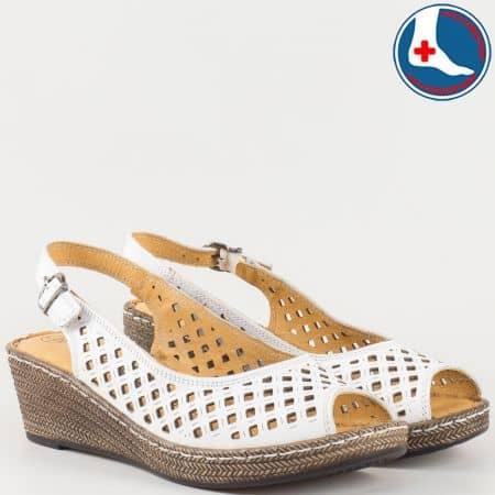 Шити дамски сандали в бяло на клин ходило с ортопедична стелка- Loretta изцяло от естествена кожа с перфорация l5818b