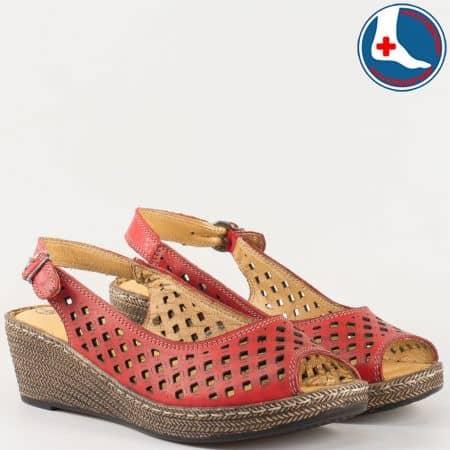 Дамски перфорирани сандали в червен цвят на шито клин ходило с ортопедична стелка- Loretta изцяло от естествена кожа l5818chv