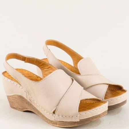 Кожени дамски сандали на клин ходило в бежов цвят m108bj