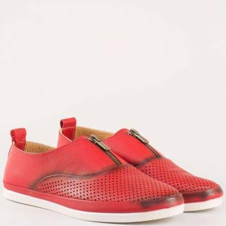 Равни дамски обувки с цип и лазерна перфорация изцяло от естествена кожа в червен цвят m402chv