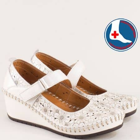 Кожени дамски обувки в бежов цвят с перфорация m470bj