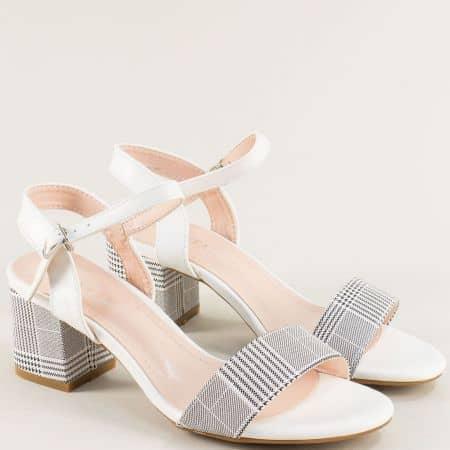 Бели дамски сандали на среден ток с принт каре- MAT STAR m525104b