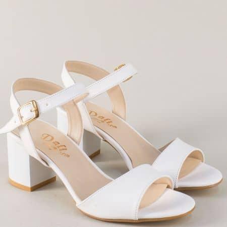 Бели дамски сандали с катарама и стабилен среден ток m9080b