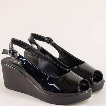 Лачени дамски сандали в черен цвят на платформа m923lch