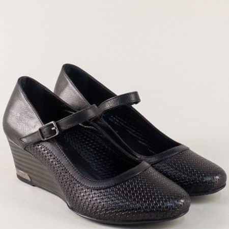 Кожени дамски обувки с катарама и перфорация в черно ma11ch