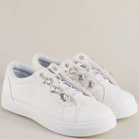 Спортни дамски обувки на равно ходило в бял цвят mm13b